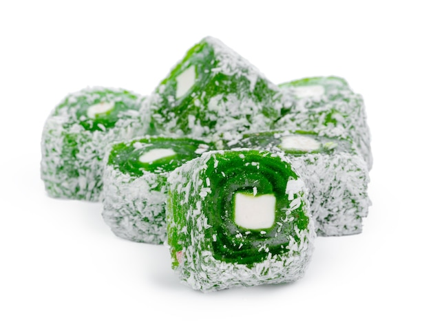 Close up de doces de manjar turco verdes isolados no branco