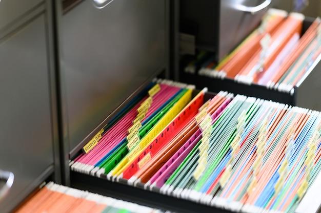 Close-up de documentos arquivados em gabinete
