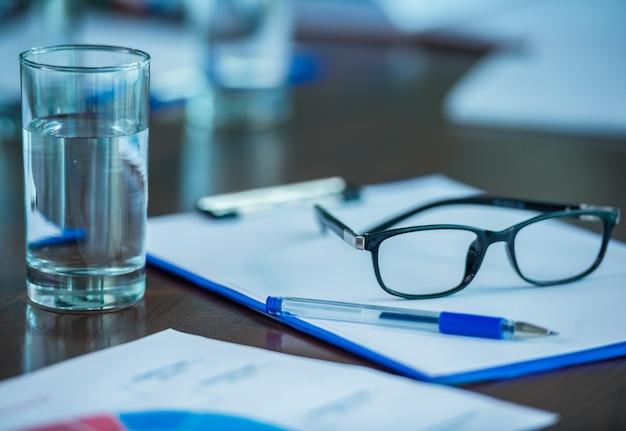 Close-up de documentos do office em cima da mesa.