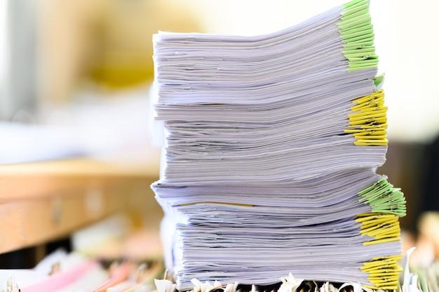 Close-up de documentos empilhados na mesa do escritório