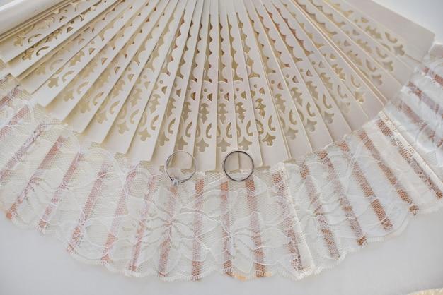 Close-up, de, dois, alianças casamento, ligado, um, espanhol, ventilador