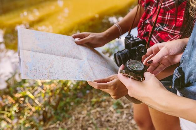 Close-up, de, dois, amigo feminino, segurando, compasso, e, mapa