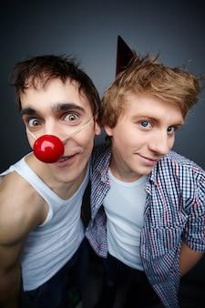 Close-up de dois amigos que faz caretas