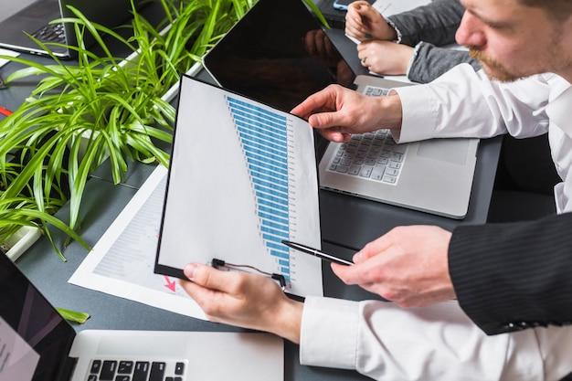 Close-up, de, dois, businesspeople, analisando, gráfico