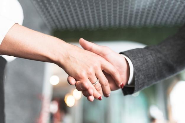 Close-up, de, dois, businesspeople, apertar mão