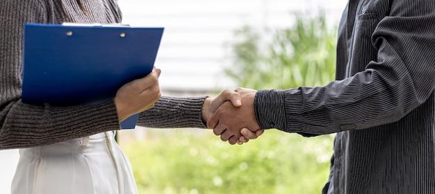 Close-up de dois homens de negócios de mãos dadas, dois empresários estão concordando em negócios juntos e apertando as mãos após uma negociação bem-sucedida. o aperto de mão é uma saudação ou parabéns ocidental.