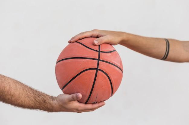 Close-up, de, dois homens, segurando basquetebol