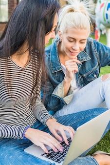Close-up, de, dois, mulheres bonitas, usando computador portátil