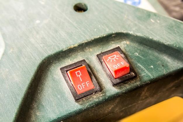 Close-up de dois pequenos interruptores ligados e desligados
