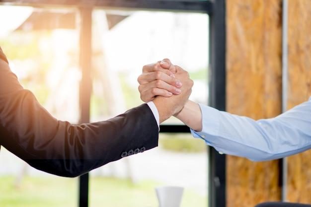 Close-up, de, dois, pessoas negócio, saudação, negócio, no trabalho