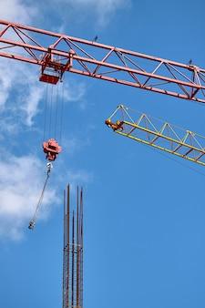 Close-up, de, dois, setas, de, guindastes construção, organizado, paralela, contra, um, céu azul, foco seletivo