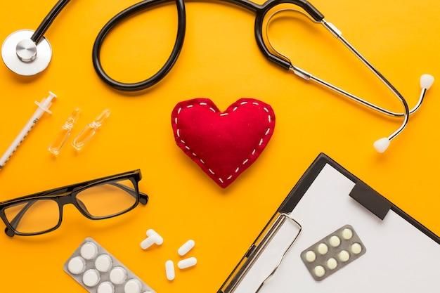 Close-up, de, doutor, escrivaninha, com, óculos, sobre, amarela, tabela