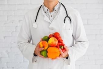Close-up, de, doutor masculino, mão, segurando, fresco, produto, fruta saudável, e, vegetal