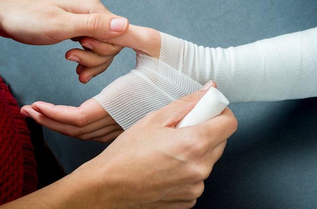 Close-up, de, doutor mulher, bandaging, um, mão