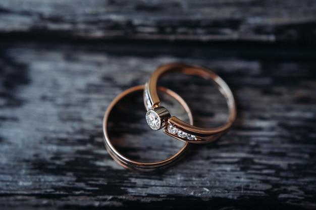 Close-up de duas alianças de ouro para um casamento.