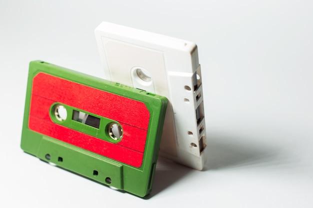 Close-up de duas cassetes de música vintage em branco.