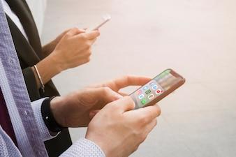 Close-up, de, duas pessoas, usando, aplicações, smartphone