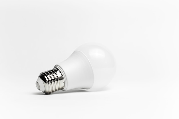 Close-up de eco lâmpada isolada. conceito de objeto minimalista.