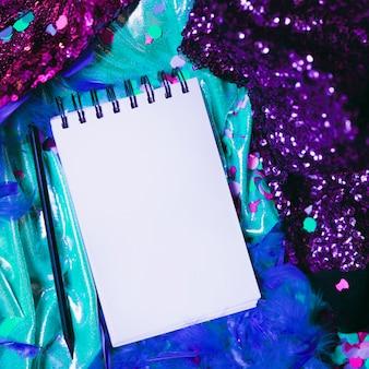 Close-up, de, em branco, notepad, com, caneta, ligado, carnaval, adereços