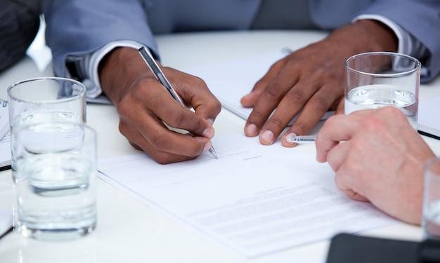 Close-up de empresários ambiciosos fechando um acordo