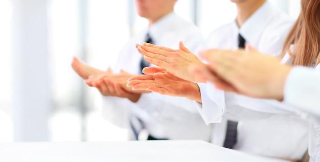 Close-up de empresários batendo palmas de mãos. conceito de seminário de negócios