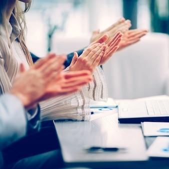 Close-up de empresários batendo palmas de mãos. seminário de negócios