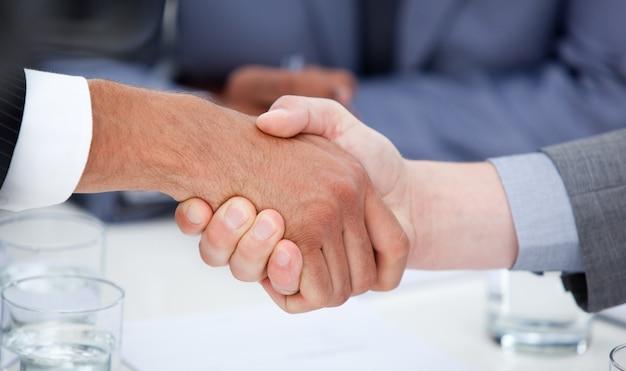 Close-up de empresários confiantes fechando um acordo