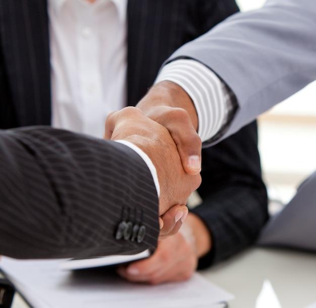 Close-up de empresários fechando um acordo