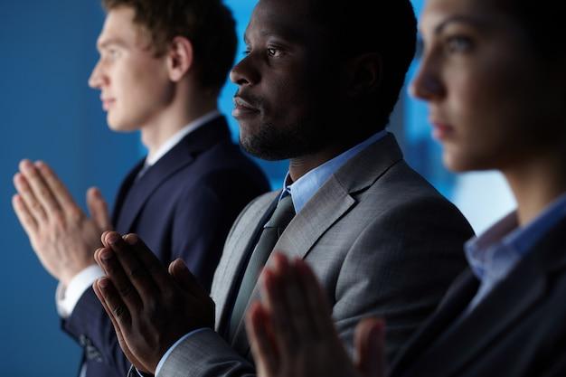 Close-up de empresários orando