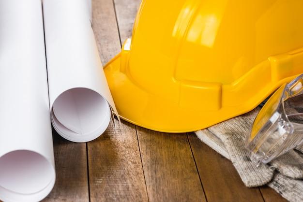Close-up, de, engenheiro, ou, capatão, capacete segurança, e, equipamento, ligado, tabela madeira