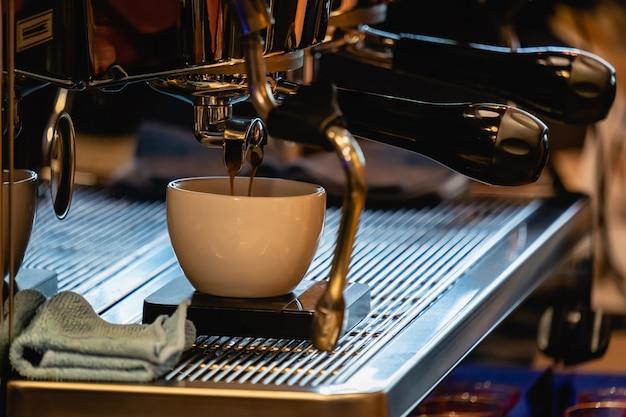 Close-up, de, espresso, tiro, despejar, de, máquina café, em, loja café
