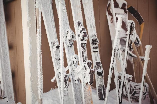 Close-up de esquis e poste de esqui