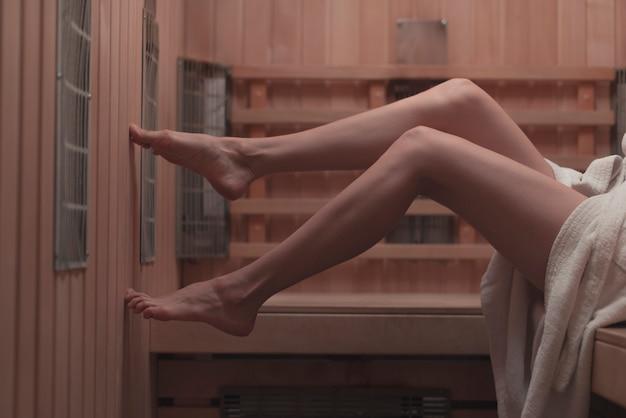 Close-up, de, excitado, mulher, pés, ligado, banco, em, sauna