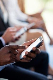 Close-up de executivos de negócios usando telefone celular