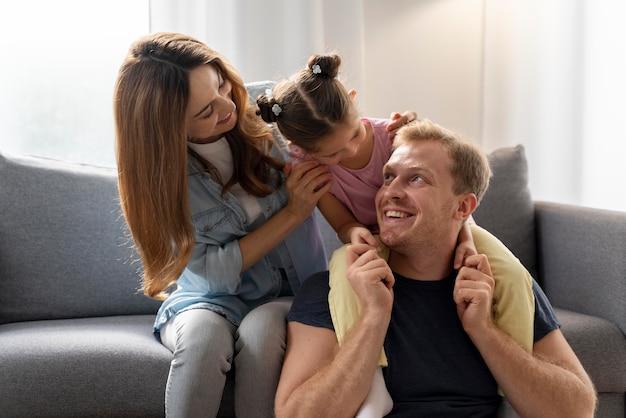 Close-up de família feliz passando um tempo juntos
