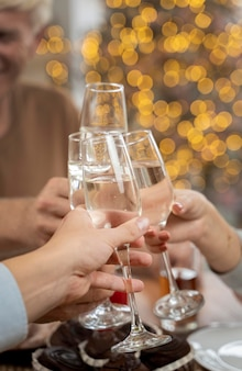 Close-up de família torcendo com champanhe