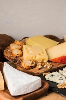 Close-up de fatia de pão; noz e variação de queijo