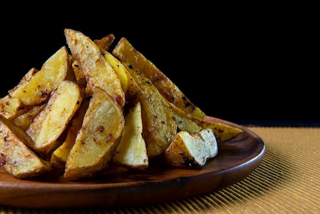 Close up de fatias de batata assada.