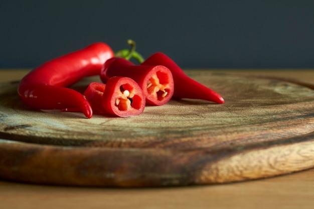 Close-up de fatias de pimenta vermelha quente na tábua de madeira
