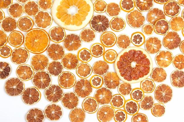 Close up de fatias secas de várias frutas cítricas