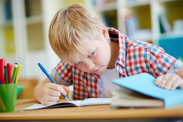 Close-up de fazer batota aluno em sala de aula