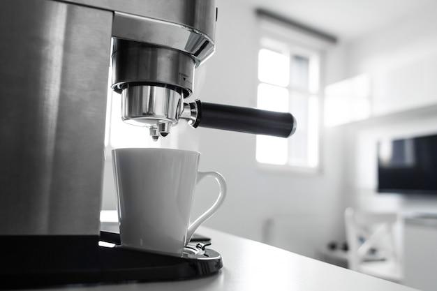 Close-up de fazer café em uma máquina de café.