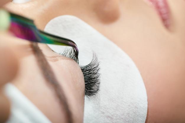 Close-up de fazer cílios com pinça