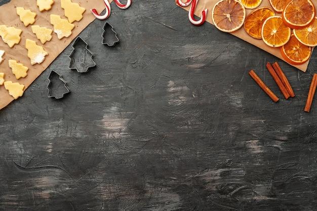 Close-up de fazer processo de biscoitos de gengibre de natal de férias