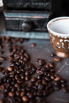 Close-up de feijão assado com uma xícara