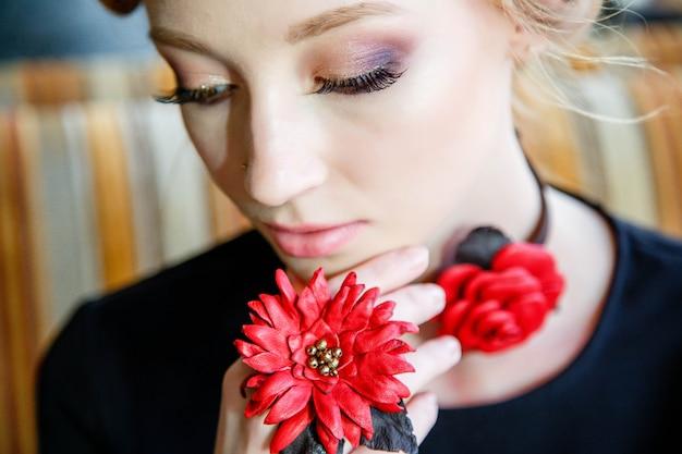 Close-up, de, feito à mão, ornamentos, ligado, a, braço, e, pescoço, de, um, menina