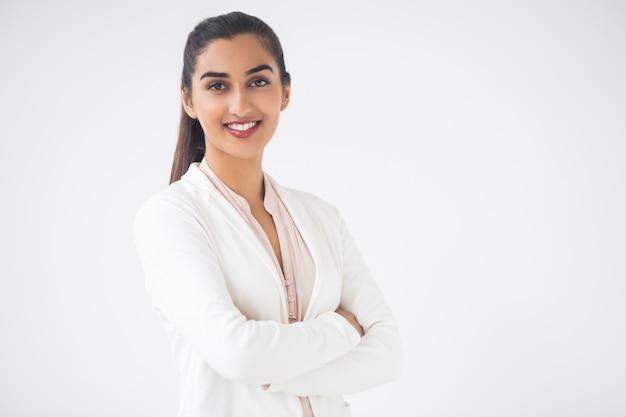 Close up de feliz consideravelmente indiano da mulher de negócio