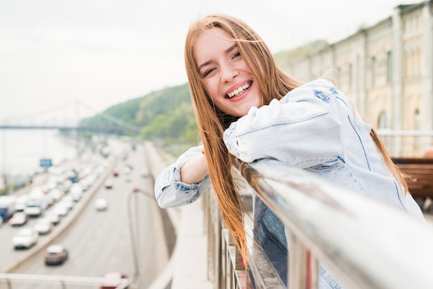 Close-up, de, feliz, mulher jovem bonita, ficar, perto, trilhos