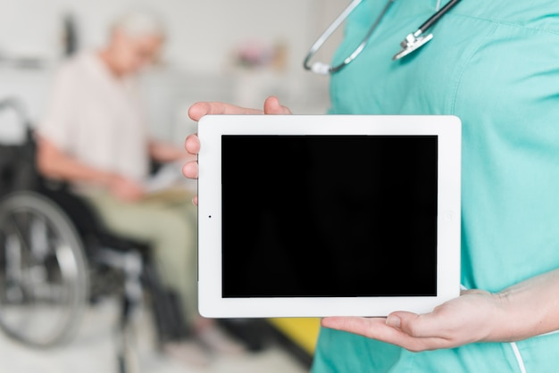 Close-up, de, femininas, enfermeira, mostrando, em branco, tela, ligado, tablete digital