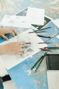 Close-up, de, femininas, esboçar, esqueleto, com, lápis, ligado, workbench